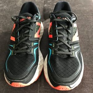 WORN ONCE WOMENS NEW BALANCE RUNNING SNEAKERS.